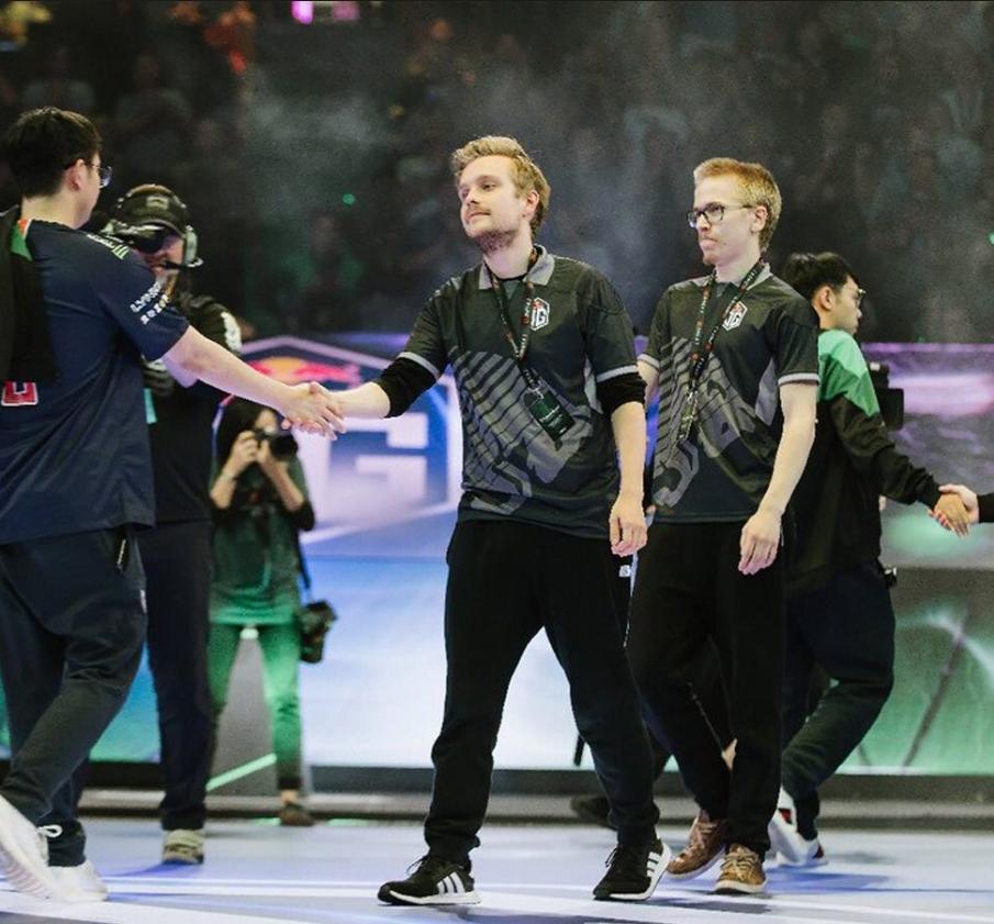 OG Les grands gagnants du tournois sert la main des PSG LGD qui finissent second du tournoi.